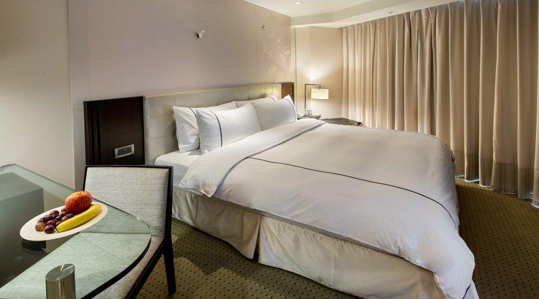 柯達大飯店 台北敦南店-豪華浴缸大床房 12h|含車位 + 贈水果酒