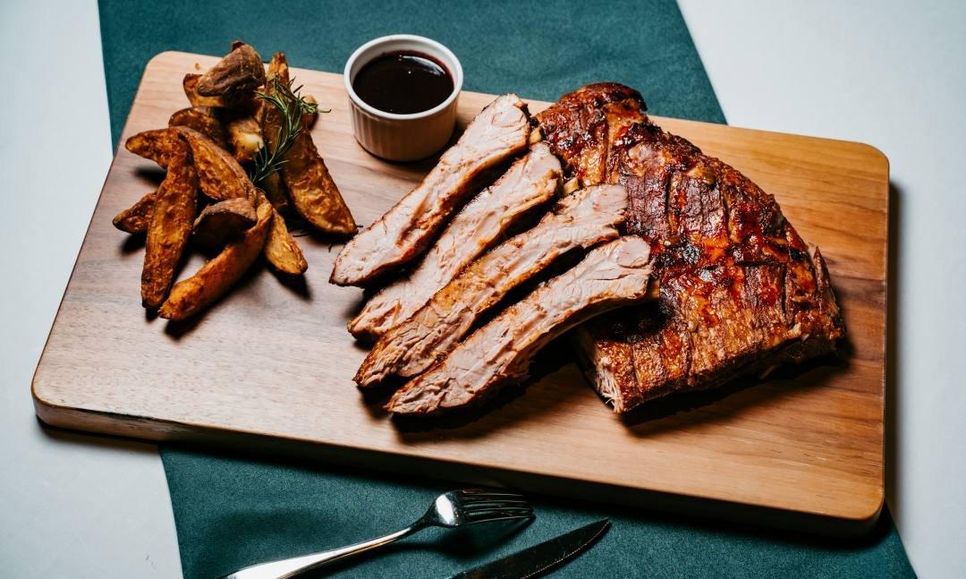 誠品行旅 之間牛排館-低溫燒烤紅酒豬肋排 100 盎司(四人份)