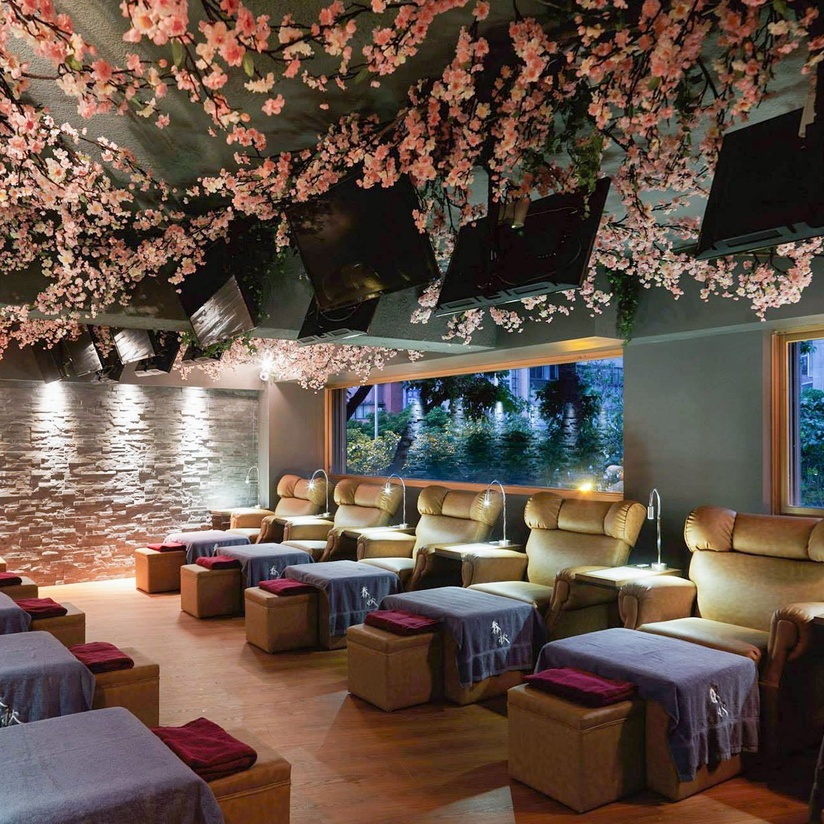 massage-chair-and-cherry-blossoms-decoration