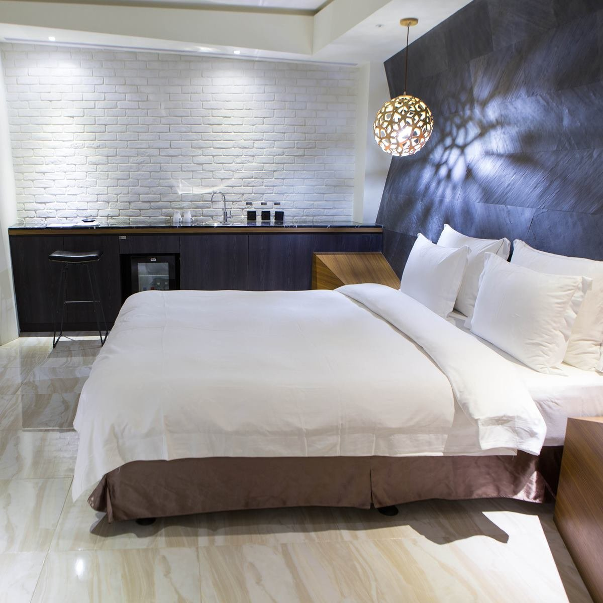 clean-motel-bed