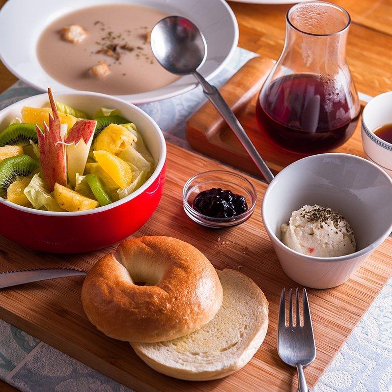brunch-fruit-and-bagel